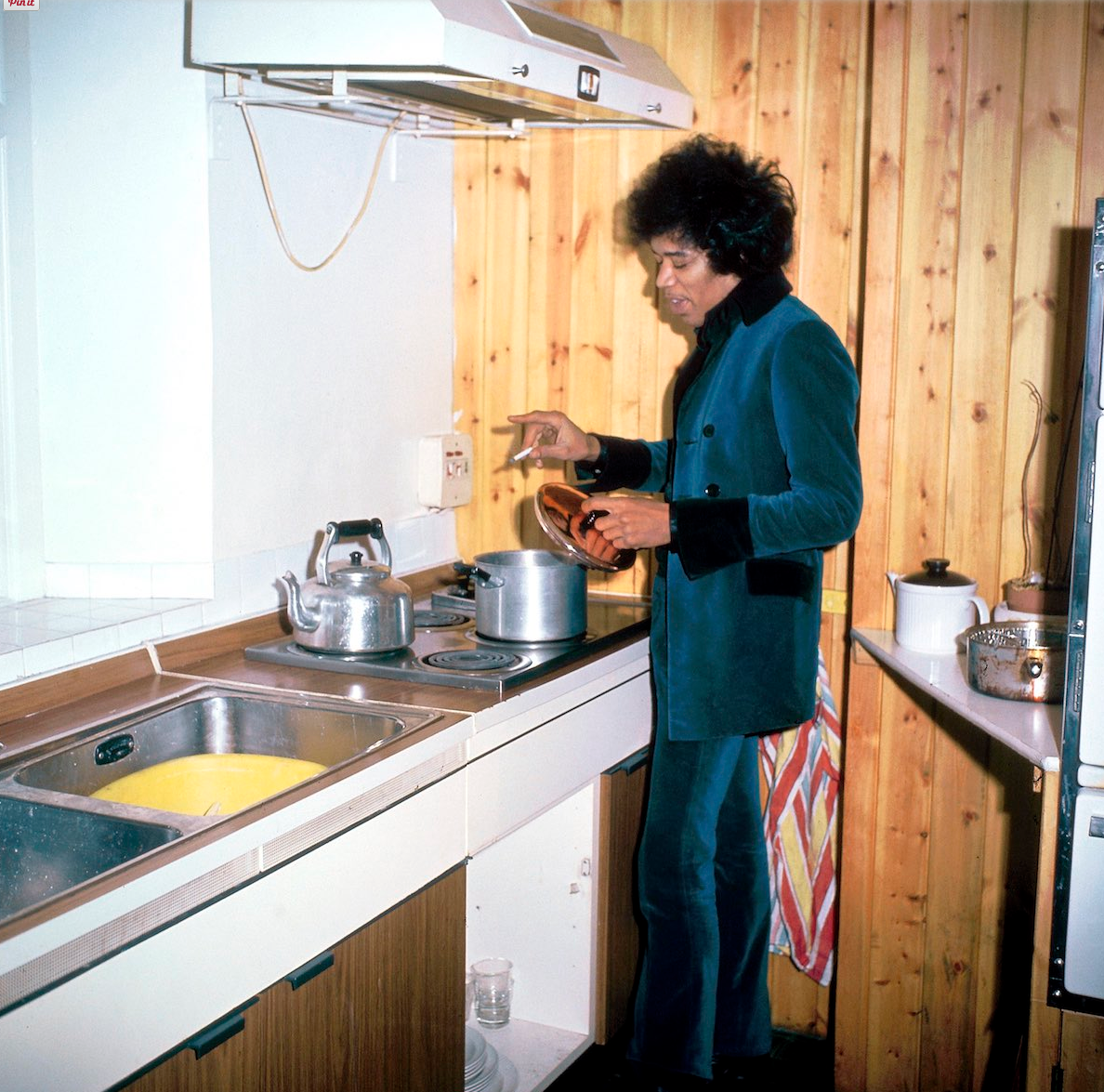 asvof-2015-04-17-1967_hanging_out_with_hendrix_jimi_puts_the_kettle_on_at_34_montagu_square_by_amanda_uren-diane_pernet-1134848977.png